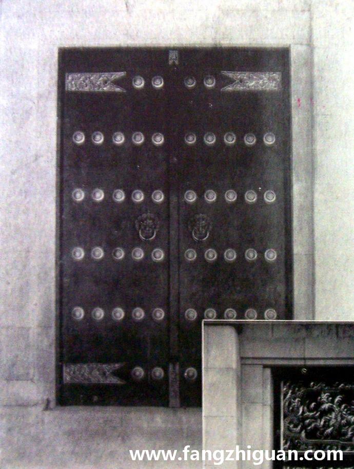 神门上的铁门,涂红漆,除了格窗样式外均为金属电铸制。