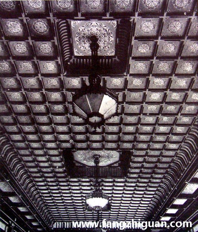 伪满洲国建国忠灵庙拜殿内部旧影,地板为水磨石,墙体为钢筋混凝土,颜色涂漆,表面镀金铜,方格天井,桧木制作祝词台。
