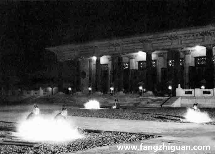 九月十八日夜晚,神官于拜殿前一起点燃神灯。
