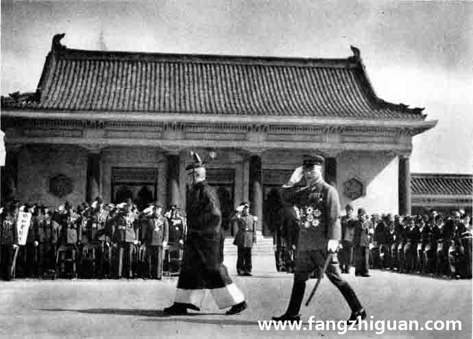 日本关东军梅津司令官在沈副总裁(祭祀馆)引导下进入内廷,与参加镇座祭的各方代表和人员相互敬礼致敬。