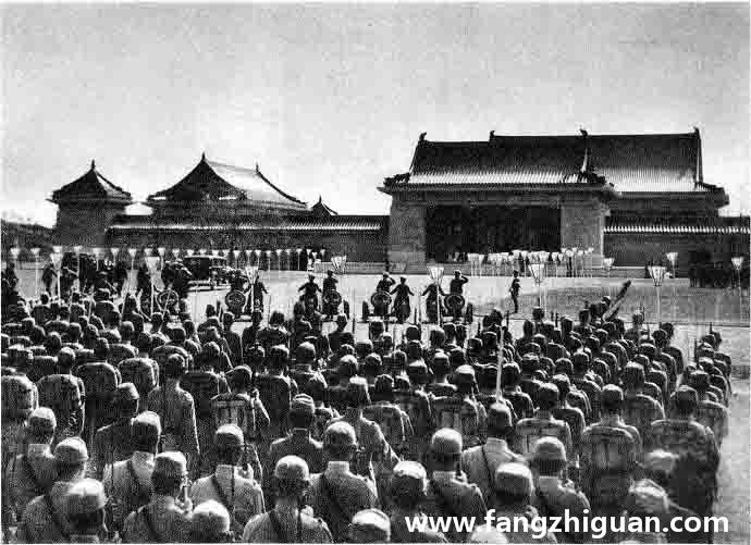 九月十九日上午十一时,参加镇座祭的仪仗兵及军民各团体在外庭神门前列队,溥仪车队到达。