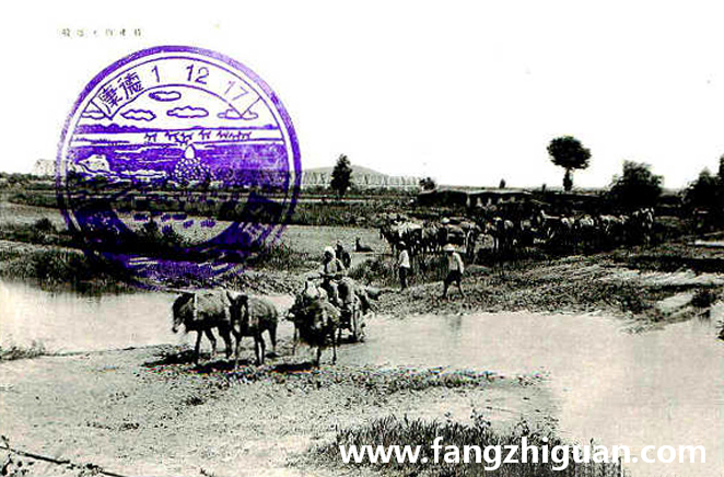 满洲郑家屯特产物品运输,远处为西辽河铁路大桥。