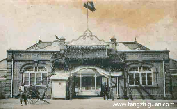 """民国时期的长春道台衙门,屋顶的旗帜为中华民国早期使用的""""五色国旗""""。"""