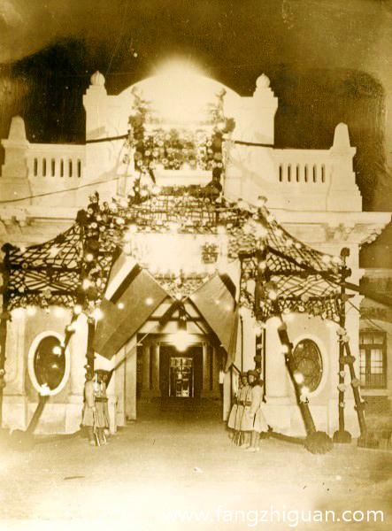 """溥仪就职典礼当天,""""执政府""""的正门被装饰一新。"""