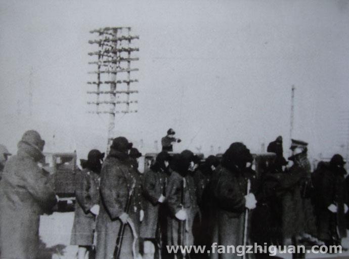 侵华日军在敦化的警备队路警出发前准备。此位置在今敦化市火车站前。拍摄于1934年4月。