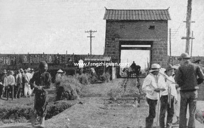 敦化城北门,位置即今敦化市农业银行与环保局之间。拍摄时间约1938年左右。