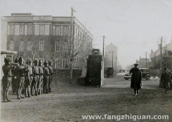 1942年12月13日,从西大营正门内向东侧拍摄的一张照片,图中门外左侧的三层建筑即为满铁敷岛寮南侧的那栋。
