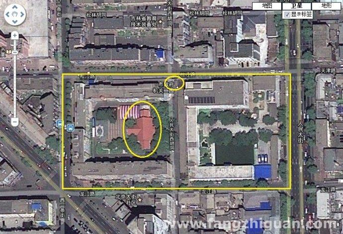 """2011版卫星地图当年""""新京神社""""区域,""""拜殿""""、""""参道""""和老树,北侧残缺的鸟居还在。"""