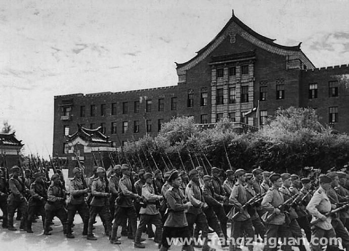 长春光复后,苏联军队列队通过伪满交通部门前。